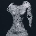 Stehende weibliche Figur aus kompaktem Ton, unbemalt. Fundort: Tlatilco, Hochtal von Mexiko. Vorklassis Periode. Etwa 1300-700 v. d. Z. Höhe: 10,5 cm. Münchner Privatbesitz.