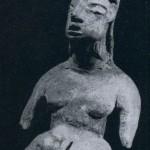 Sitzende weibliche Figur aus festem Ton. Unbemalt. Fundort: Tlatilco, Hochtal von Mexiko. Vorklassis Periode. Etwa 1300-700 v. d. Z. Höhe: 9 cm. Sammlung Dr. Kurt Stavenhagen, Mexiko D. F.