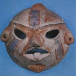 Tonmaske. Möglicherweise die verkleinerte Nachbildung einer hölzernen Tanzmaske eines Schamanen- Priesters. Fundort Tlatilco, Hochtal von Mexiko. Vorklassische Periode. Etwa 1300-700 v. d. Z. Breite: 12 cm. Privatsammlung Mexiko D.F.