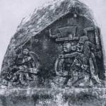 """Relief einer Seitenwand von """"Altar B"""", auch als """"Quintuplet-Altar"""" bezeichnet (vergleiche Abb. 34), zeigt zwei behelmte Priester oder Krieger mit kindlichen Göttern oder Infanten einer regierenden Dynastie. Über die Symbolik dieser kindlichen, zwergenhaft anmutenden Figuren, die in unzähligen Darstellungen der La Venta-Kultur uns begegnen, gehen die Meinungen der Wissenschaftler auseinander. Ob es sich dabei um göttliche bzw. dämonische Wesen handelt, oder aber um Abbildungen von Infanten einer schilddrüsenkranken Dynastie, ist noch nicht geklärt. Der Fundort des Monuments ist La Venta. Heute befindet sich dieser Altar, wie alle anderen Monumente von La Venta, im Park-Museum von Villa Hermosa, der Hauptstadt des Staates Tabasco. La Venta-Kultur, südliche Golfküste. Etwa 500 v. d. Z. - 200 n. d. Z. Höhe: 107 cm. Parkmuseum Villa Hermosa, Tabasco."""