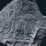 """""""Altar"""" im La Venta-Stil. Die im Relief dargestellten Kriegerfiguren könnten fast von dem gleichen Künstler stammen wie die von """"Altar B"""" in La Venta (Abb. 24), Entdeckt wurde dieser bearbeitete Findling in einer Kaffeeplantage unweit von Tazumal im nördlichen El Salvador. Im Stil der La Venta-Kultur. Etwa 500 v. d. Z. bis 200 n. d. Z. Höhe des Steins: 153 cm. Höhe der Figuren: etwa 90 cm. In der Nähe von Tazumal, El Salvador."""