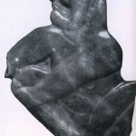27Fragment einer Jadeplakette, die vermutlich ursprünglich als Brustschmuck diente. Die zwergenhaft er¬scheinende Figur mit den angezogenen Beinen läßt in ihrer Mundpartie ein stilisiertes Jaguarmaul erkennen. Fundort: Olinalä, Guerrero. Im Stil der La Venta-Kultur. Etwa 500 v. d. Z. - 200 n. d. Z. Höhe: 12 cm. Museo Nacional de Antropologia, Mexiko D.F.