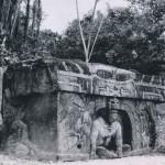 """""""Monumento triunfal"""" aus Basalt mit einer in einer Nische sitzenden plastisch modellierten Priesterl Im Bas-Relief läßt sich eine stark stilisierte Jaguarfratze darüber erkennen. Auf den Seiten ist, ebenfal Relief, eine sitzende Frauengestalt dargestellt. Fundort: La Venta. La Venta-Kultur, südliche Golfküste. 500 v. d. Z. - 200 n. d. Z. Höhe: 163 cm. Park-Museum, Villa Hermosa, Tabasco."""