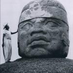 """Kolossalkopf aus Basalt, sogenannter """"olmekischer"""" Typus. Die helmartige Kopfbedeckung läßt auf Krieger schließen. Fundort: San Lorenzo, Veracruz. Der nächste Steinbruch zu dieser Kultstätte lag mel km Luftlinie weit entfernt. La Venta-Kultur, mittlere Golfküste, etwa 300 v. d. Z. - 200 n. d. Z. Höhe: 275 cm. Museo Regional, Jalapa, Veracruz."""