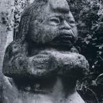 Zwergenhafte Figur aus Basaltgestein, zeigt einen Opfernden. Fundort: La Venta. La Venta-Kultur, südliche Golfküste. Etwa 500 v. d. Z. - 200 n. d. Z. Höhe: etwa 75 cm. Park-Museum, Villa Hermosa, Tabasco.