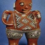 Stehende weibliche Figur aus Ton mit den für den Chupicuaro-Stil charakteristischen, geometrischen Motiven bemalt. Das Dekor erhielt vermutlich seine Anregung von den bunten Geweben, die sich durch die ungünstigen klimatischen Bedingungen in Mexiko nicht erhalten haben. Herkunft: Chupicuaro, Michoacan. Vorklassische Periode. Etwa 800 v. d. Z. - 200 n. d. Z. Höhe: 35 cm. Privatsammlung Los Angeles, USA.