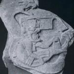 Das Relief zeigt einen behelmten Priester oder Krieger mit einer Weihegabe. Über ihn beugt sich eine Feuer-Schlange. Basalt. Herkunft: La Venta, Tabasco. La Venta-Kultur. Etwa 500 v. d. Z. - 200 n. d. Z. Höhe: 95 cm. Museo Nacional de Antropologia, Mexiko D.F.