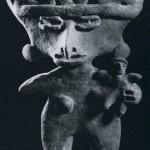 Mutter und Kind aus kompaktem, unbemaltem Ton. Fundort unbekannt. Kultur der Nordwestküste, im Stil von Colima. Etwa 200 v. d. Z. - 600 n. d. Z. Höhe: 18 cm. Sammlung Stendahl, Los Angeles, USA