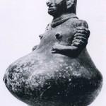 Gefäß in Form einer schwangeren Frau aus schwärzlich-grauem Ton. Fundort unbekannt. Ki Nordwestküste, Stil von Nayarit. Etwa 300-1000 n. d. Z. Höhe: 20,5 cm. Sammlung Dr. Kurt Stavenhagen, Mexiko D.F.