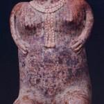 Sitzende weibliche Figur aus rötlich gemaltem Ton. Fundort unbekannt. Kultur der Nordwestküste. Stil. Etwa 300-1000 n. d. Z. Höhe: etwa 60 cm. Galerie Wels, Salzburg.