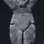 Stehende weibliche Figur aus festem, unbemalten Ton, mit Lendenschurz bekleidet und einem Am den Hals. An den Armen trägt sie je drei Spangen. Kultur der Nordwestküste, Colima-Stil. Etwa300-10( Höhe: 19,8 cm. Münchner Privatbesitz.