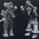 """Statuetten von """"Tänzern"""" mit Vogel- und Tiermaske. Die eine Figur hält je eine Kürbisrassel in der Hand, während die andere flügelähnliche Gebilde an den Oberarmen trägt, um einen Vogel darzustellen. Kompakter, unbemalter Ton. Kultur der Nordwestküste, Colima-Stil. Etwa 300-1000 n. d. Z. Höhe: 17,5 und 15,7cm. Sammlung Stendahl, Los Angeles, USA"""