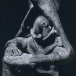 Figur eines Trommlers aus festem, rot und weiß bemalten Ton. Kultur der Nordwestküste, Colima-Stil. Etwa 300-1000 n. d. Z. Höhe: 9 cm. Privatsammlung USA.