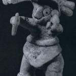 Figur eines Tänzers, der in der linken Hand eine Rassel hält. Ockerfarbener, fester Ton mit Resten von röt¬licher Bemalung. Fundort unbekannt. Kultur der Nordwestküste, Colima-Stil. Etwa 300-1000 n. d. Z. Höhe: 18 cm. Sammlung-Stendahl, Los Angeles, USA