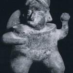 Ballspieler mit scheibenförmigem Rückenschutz, der vermutlich die Sonne symbolisiert. In der erhobei Hand hält er den Kautschukball. Fundort unbekannt. Kultur der Nordwestküste, Colima-Stil. Etwa 300 1000 n. d. Z. Höhe: 28 cm. Sammlung Stendahl, Los Angeles, USA