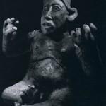Sitzender Mann mit der Gebärde eines Redners. Die Eindringlichkeit dieser Skulptur liegt in der impressi nistischen Auffassung und nicht in der Nachahmung des realistischen Vorbilds. Gelblicher Ton, rötliche ui schwärzliche Bemalung. Herkunft: Barrancas-Region (Jaiisco), Kultur der Nordwestküste, Jalisco-Stil. Etv 300-1000 n. d. Z. Höhe: 44 cm. Sammlung Stendahl, Los Angeles, USA