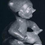 Hockendes, buckliges Kind aus rotbraun bemaltem Ton. Fundort unbekannt. Kultur der Nordwestküst Colima-Stil. Etwa 300-1000 n. d. Z. Höhe: 30 cm. Sammlung Stendahl, Los Angeles, USA