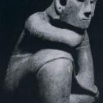Sitzendes Mädchen mit einem Rock bekleidet. Rötlich-braun bemalter Ton. Fundort unbekannt. Kultur der Nordwestküste, Colima-Stil. Etwa 600-1000 n. d. Z. Höhe: 21 cm. Sammlung Dr. Kurt Stavenhagen, Mexiko D.F.