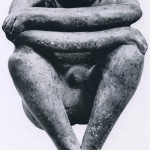 """Skulptur eines ruhenden Mannes aus Ton. Auch hier ist die Figur als Gefäß geformt, um das Zerreißen des Tons beim Brennen zu verhindern. (Eine auffallende Ähnlichkeit hat dieses Werk mit der von Maillol 1902 geschaffenen Plastik """"Die Nacht"""".) Fundori unbekannt. Kultur der Nordwestküste, Colima-Stil. Etwa 600 bis 1000 n. d. Z. Höhe: 17,5 cm. Sammlung Dr. Kurt Stavenhagen, Mexiko D.F."""