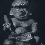 Fettleibiger Mann mit Spitzhaube und Ohrschmuck, hinter einer Trommel sitzend. In der rechten Hand hält er eine Flöte. Rötlich grundierter Ton mit weißlicher und schwarzer Bemalung. Fundort unbekannt. Kultur der Nordwestküste, Nayarit-Stil. Etwa 300-1000 n. d. Z. Höhe: 34 cm. Sammlung Dr. Kurt Stavenhagen, Mexiko D.F.