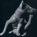 Tongefäß in Form eines sich kratzenden Hundes, rötlich-bemalt. Fundort unbekannt. Kultur der Nordwest¬küste, Colima-Stil. Etwa 300-1000 n. d. Z. Höhe: 30 cm. Sammlung Stendahl, Los Angeles, USA