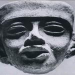 Kleines Tonfragment eines Kopfes. Mit der Form hergestellt und nachträglich mit der Hand überarbeitet. Ohne Bemalung. Fundort: Santiago Ahiuxotla, Hochtal von Mexiko. Klassische Periode. Teotihuacan-Kultur. Etwa 500-800 n. d. Z. Höhe: 6 cm. Münchner Privatsammlung.