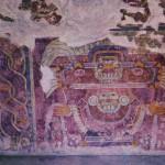 Der Regengott in seinem Prunkgewand läßt die Symbole für kostbare Geschenke zur Erde fallen. Tetitla, Teotihuacan. Klassische Periode der Teotihuacan-Kultur. Etwa 6.-8. Jahrhundert. Höhe des Freskos etwa 120 cm.