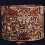 Polychromes Gefäß mit einem Stuckmantel überzogen (in der sogenannten Cloisonn-Technik hergestellt), zeigt den Regengott im Stil der Fresken von Tetitla-Teotihuacan. Herkunft: Hochtal von Mexiko. Klassische Periode. Teotihuacan-Kultur. Etwa 400-700 n. d. Z. Höhe: 9,5 cm, Durchmesser: 12,5 cm. Brooklin Museum, New York, USA.