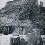 """Der """"Hof der Danzantes"""" auf dem Monte Alban. Bei der Freilegung eines der ältesten Tempel-Bauwerke entdeckte man zahlreiche abgeplattete Steine mit eingeritzten affenartigen Figuren, die sogenannten """"Danzantes"""". Im Hintergrund """"Monticulo M"""". Vorklassische und klassische Periode. Das Bauwerk stammt aus der Zeit zwischen dem 2. und 8. Jahrhundert. Monte Alban, Oaxaca"""