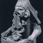 Bild-Urne, repräsentiert den zapotekischen Regengott Cocijo, eine Variante von Tlaloc, der in dieser Kultur durch seine gespaltene Zunge erkenntlich ist. Grauer Ton. Fundort unbekannt. Vermutlich Hochtal von Oaxaca. Klassische zapotekische Kultur. Etwa 200-800 n. d. Z. Höhe: 23 cm. Museum für Völkerkunde, Wien