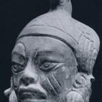 Kopffragment aus kompaktem Ton. Herkunft Oaxaca. Klassische Periode, zapotekische Kultur. Etwo 500-800 n. d. Z. Höhe: 11 cm. Sammlung H. Leigh, Mitla, Oaxaca