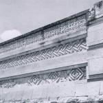 Fassade des Palastes in Mitla mit geometrisch verzierten Mauern aus gebrannten Lehmziegeln. Dieses Bauwerk gilt als das besterhaltene der vorspanischen Zeit. Mitla war bis zur Ankunft der Spanier noch bewohnt Nachklassische Periode. Zapotekisch-mixtekische Mischkultur. Etwa 1200-1522. Mitla, Oaxaca