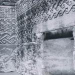 Blick in einen Innenraum des Palastes von Mitla. Die Wände sind wie die Außenfassaden mit geometrischen Motiven, in zahlreichen Abwandlungen Stufenmuster verbunden mit Mäanderhaken, verziert. Das Dach des Bauwerks bestand aus vergänglichem Material (Binsen, Holz etc.). Nachklassische Periode, zapotekisch-mix¬tekische Mischkultur. Etwa 1200-1522