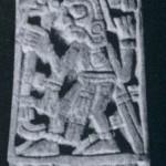 129 und 132 Kamm und Knochenschnitzerei mit eingeschnittenen Figuren: 129 zwei kniende Krieger oder Priesterfürsten. Beide im Grab Nr. 7 auf dem Monte Alban gefunden, das neben Goldschmuckstücken auch wertvolle Keramik und mehr als dreißig solcher Knochenschnitzereien enthielt. Nachklassische Zeit. Mixtekische Kultur. Etwa 1200 bis 1450. Museo Regional de Oaxaca
