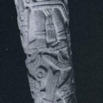 Geschnitzte Flöte aus einem Knochen mit eingeschnitzter Darstellung einer kultischen Szene. Herkunft: Gegend von Mitla. Nachklassische Zeit. Mixtekische Kultur. Etwa 1200-1450. Länge: 15 cm. Museo Frissell de Arte Zapoteco, Mitla, Oaxaca