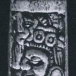 Mixtekische Knochenschnitzerei ebenfalls aus Grab Nr. 7 auf dem Monte Alban. Zeigt einen mit Wurfholz bewaffneten Krieger