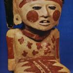 Polychrom bemalte Keramik einer sitzenden weiblichen Figur. Fundort: Tenenezpan, Veracruz. Kultur der nördlichen Golfküste, Huaxtekisch (Pänuco V), nachklassische Zeit. 1000-1250. Höhe: 19,5 cm. Museo Regional de Jalapa, Veracruz.