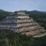 """Ansicht der 18 Meter hohen """"Pyramide mit den 365 Nischen"""" in El Tajin. Die Nischen sind zwischen 68 und 109 cm hoch. Vermutlich dienten sie zur Unterbringung von kultischen Gegenständen beziehungsweise Götterfiguren, die das Patronat für die verschiedenen Tage des Jahres inne hatten. Kultur der mittleren Golfküste. Tajin-Kultur. Etwa 10. Jahrhundert. El Tajin, Veracruz."""