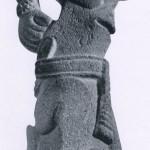"""""""Palma"""" in Form eines geopferten Menschen mit geöffneter Brust. Die nur mit einem Lendenschurz be¬kleidete Gestalt läßt einen geopferten Gefangenen vermuten. Andesit. Fundort: Coatepec (Veracruz). Kultur der mittleren Golfküste. Tajin-Kultur, Etwa 500-1200.Höhe: 56 cm. Museo Nacional de Antropologia, Mexiko D.F."""