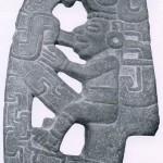 """""""Hacha"""" (Axt) enthält eine menschliche Figur, umgeben von einem im Tajin-Stil typischen Ornament Grau-grüner Stein. Fundort unbekannt. Kultur der mittleren Golfküste, Tajin-Kultur. Etwa 500-1200. Höhe: 23 cm. Museo Nacional de Antropologia, Mexiko D.F."""