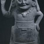 """Stehende menschliche Figur mit Hüfttuch bekleidet vom Typ der """"cabeza sonrientes"""". Die Art dieser Keramik weist eine Ähnlichkeit zu der der Maya-Kultur auf. Hellbrauner Ton, mit der Form hergestellt. Kultur der mittleren Golfküste, Tajin-Kultur. Etwa 1000-1500. Höhe: 39 cm. Sammlung Stendahl, Los Angeles, USA."""