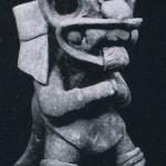 Zehn Tonfragmente, die Tiere, Götter und Häuptlinge darstellen. Alle Figuren stammen von einer Grabfund. Vermutlich handelt es sich um Standartenabzeichen verschiedener Kriegerverbände, die noch au uralte Totem-Vorstellungen zurückzuführen sind. Heller, ockerfarbener Ton. Höhe: zwischen 5 cm und 15 cm. Sammlung Alan Sawyer, Washington, USA