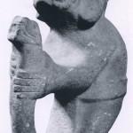 182Steinfigur eines Mannes mit den Gesichtszügen eines Jaguars. In seinen Händen hält er eine Schlange. Der symbolische Inhalt dieser Darstellung wie der Fundort sind unbekannt geblieben. Kultur der mittleren Golf¬küste. Huaxtekische Kultur. Etwa 700-1200. Höhe: 52,5 cm. Museum für Völkerkunde, Wien