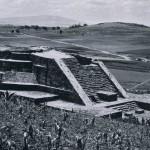 """Die runde Pyramide (""""Bauwerk 3"""") des Windgottes Quetzalcoatl-Ehecatl in Calixtlahuaca, im Tal von Toluca. Besiedelt ist der Platz von dem Nahua-Stamm der Matlatzinca gewesen. Erst unter dem aztekischen Herrscher Axayacatl (1469-1481) verlor Calixtlahuaca die Unabhängigkeit gegenüber den Azteken. Nach¬klassische Zeit. Aztekische Kultur. 1350-1521. Calixtlahuaca, Hochtal von Toluca."""