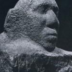 Detail einer unvollendet gebliebenen Skulptur eines sitzenden Mannes aus vulkanischem Gestein. Da: Gesicht ist bereits vorzüglich ausgearbeitet. Fundort unbekannt. Nachklassische Zeit. Aztekische Kultur. Etw< 1450-1521. Gesamthöhe: 46 cm. Ehem. Staatl. Museum für Völkerkunde, Berlin