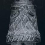 """Basalt-Figur der Göttin des Todes und der Erde """"Coatlicue"""". Die Göttin mit dem """"Schlangenrock"""" ist hier als alte Frau mit einem Totenschädel gezeigt. Reste der ehemaligen Türkis- und Perlmuttereinlagen sind nod vorhanden. Statt Hände und Füße besitzt sie Klauen. Herkunft: Cozcatlan, Puebla. Aztekische Kultur. Etwc 1450-1521. Höhe: 117 cm. Museo Nacional de Antropologia, Mexiko D.F."""