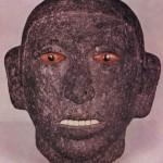 Männliches Haupt aus grauem vulkanischem Gestein. Augen und Zähne bestehen aus rötlichen und wei߬lichen Muscheleinlagen sowie polierten Pyritscheiben für die Pupillen. Eines der wenigen Beispiele, bei denen sich die ursprüngliche Inkrustierung erhalten hat. Fundort: Tenochtitlan, Mexiko D.F. Aztekische Kultur. Etwa 1450-1521. Höhe: 18,3 cm. Museo Nacional de Antropologia, Mexiko D.F.