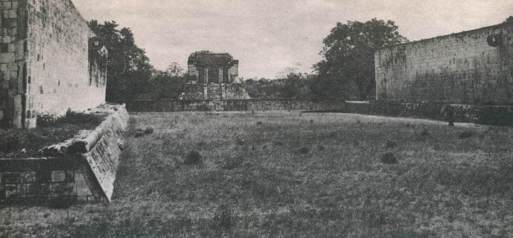 Der Ballspielplatz in Chichen Itza, der sich von den übrigen Spielplätzen der klassischen Maya-Kultur durch seine toltekischen Stilelemente unterscheidet. Mischkultur der Tolteken und Maya. Etwa 10.-12. Jahrhundert