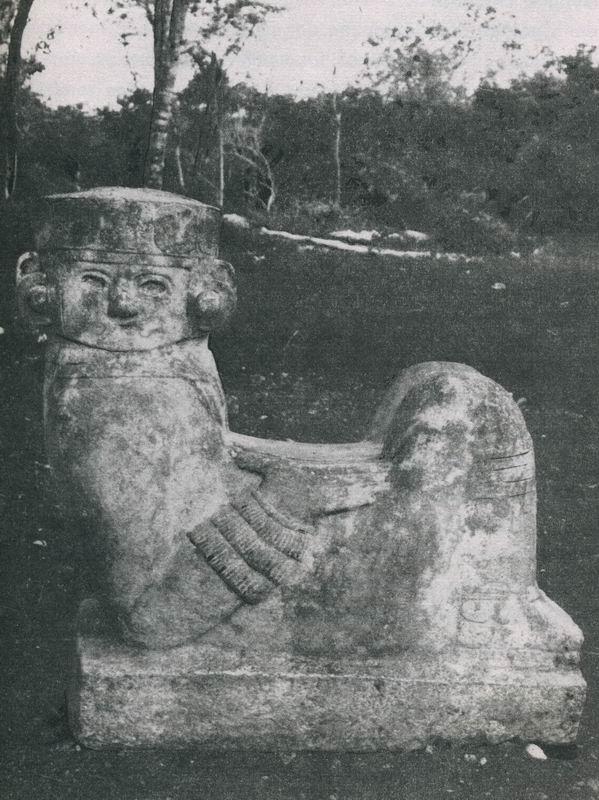 """Sogenannter """"Chacmool"""" in Chichen Itza (Yucatan). Die um die Jahrtausendwende aus Tula abgewanderten Tolteken unter der Führung von Quetzalcoatl fanden inmitten des Maya-Landes, in Chichen Itza, eine neue Heimat. Die alte Maya-Stätte """"Am Brunnen der Itza"""" wurde im toltekischen Stil erneuert und erweitert. Neben den """"Chacmool""""-Figuren fallen vor allem die Säulen in Form von gefiederten Schlangen ins Auge. Die Maya- Architektur machte erst nach der Berührung mit den Tolteken Gebrauch von Säulen."""