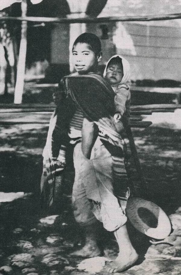 Ein zwölfjähriger Junge, der seinen kleinen Bruder im Schultertuch zum Markt von Chalcatongo trägt.